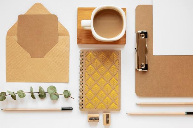 Variedade de artigos de papelaria de material natural