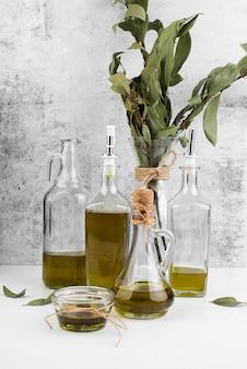 Variedade de azeite orgânico em cima da mesa