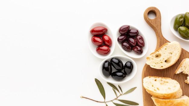 Variedade de azeitona com fatias de pão com espaço de cópia