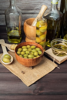 Variedade de azeitonas orgânicas em cima da mesa