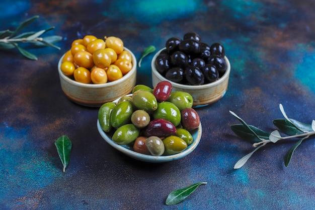 Variedade de azeitonas verdes e pretas inteiras.