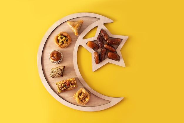 Variedade de baklava de sobremesa do ramadã na mesa amarela