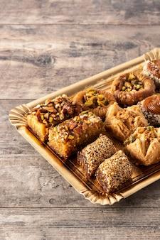Variedade de baklava de sobremesa do ramadã na mesa de madeira
