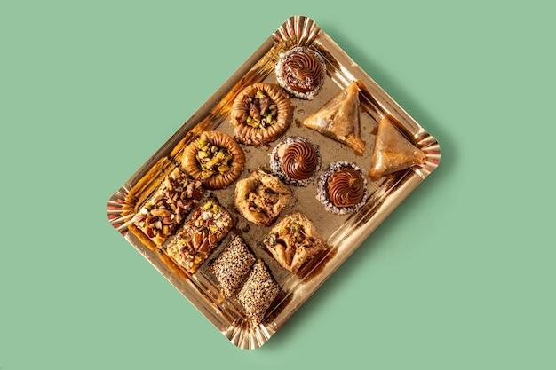 Variedade de baklava de sobremesa do ramadã na mesa verde