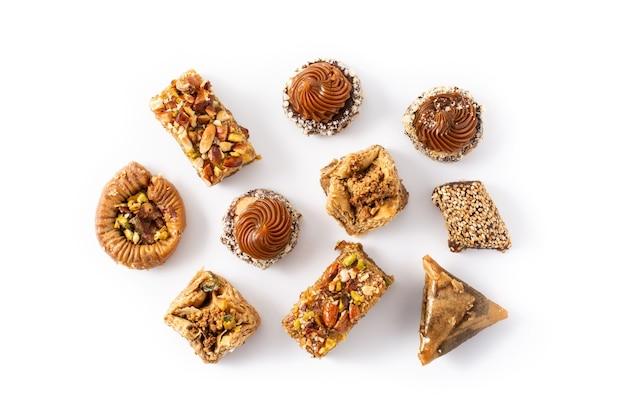 Variedade de baklava sobremesa ramadan isolada