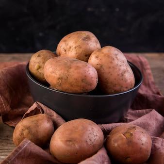 Variedade de batatas na mesa de madeira
