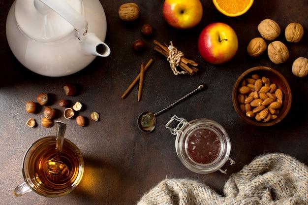 Variedade de bebida de chá de inverno com frutas e nozes