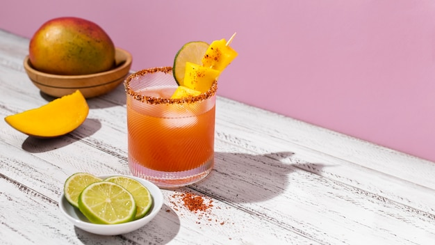 Variedade de bebida picante michelada na mesa