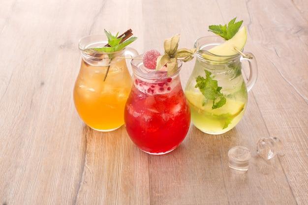 Variedade de bebidas de frutas