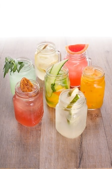 Variedade de bebidas refrescantes