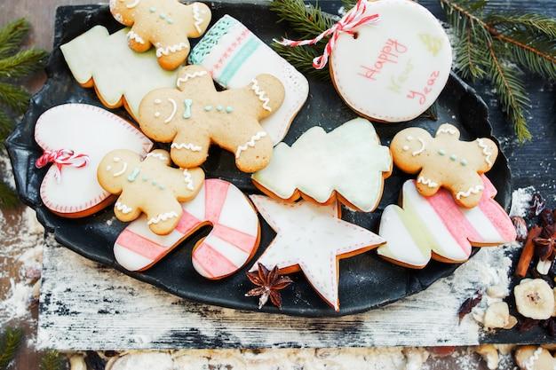Variedade de biscoitos de gengibre coloridos,