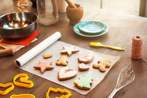 Variedade de biscoitos de gengibre na mesa da cozinha