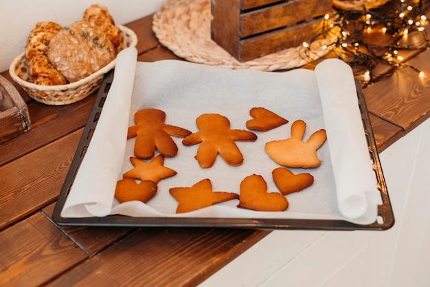 Variedade de biscoitos de natal apoiados