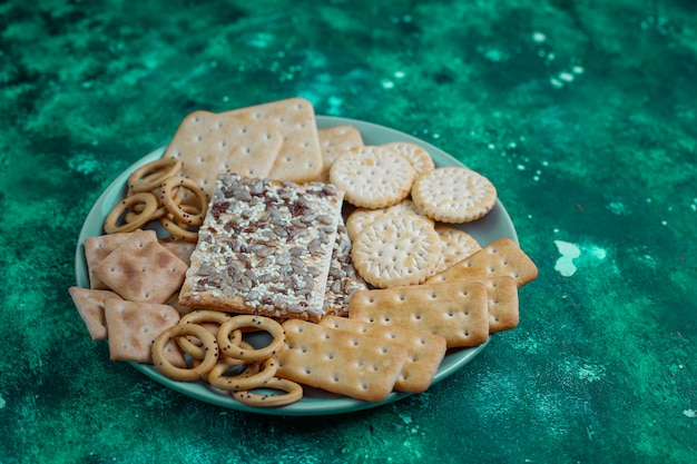 Variedade de biscoitos de sal tiro de cima em colorido com cópia. mix de salgadinhos para festas