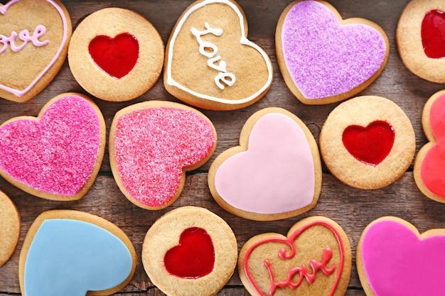 Variedade de biscoitos do amor em fundo de madeira, closeup