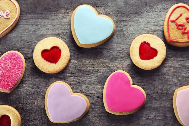 Variedade de biscoitos do amor em fundo de madeira