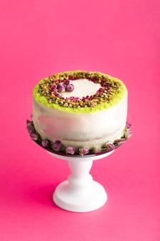 Variedade de bolo com fundo rosa