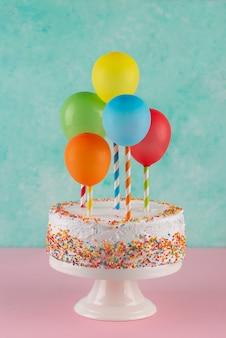 Variedade de bolos e balões coloridos