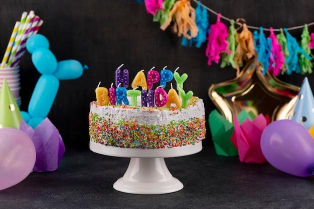 Variedade de bolos e velas deliciosos