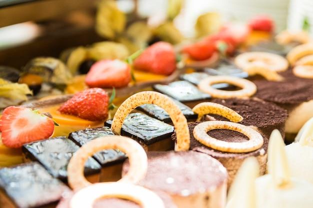 Variedade de bolos, sobremesas e chocolates