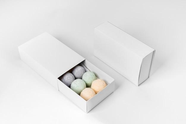 Variedade de bombas de banho coloridas de alto ângulo