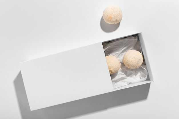 Variedade de bombas de banho em fundo branco