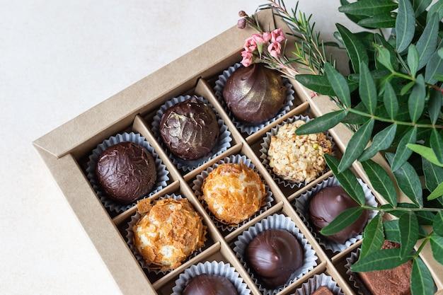 Variedade de bombons de chocolate doce e trufas