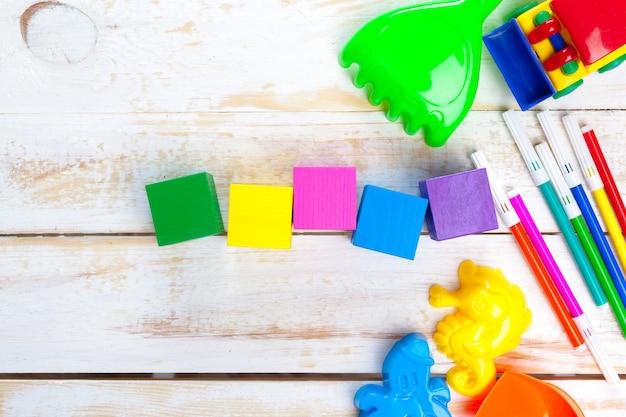 Variedade de brinquedos e itens de infância