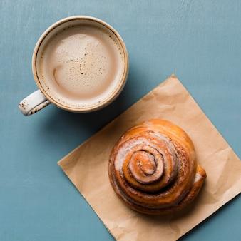 Variedade de café da manhã com café e pastelaria
