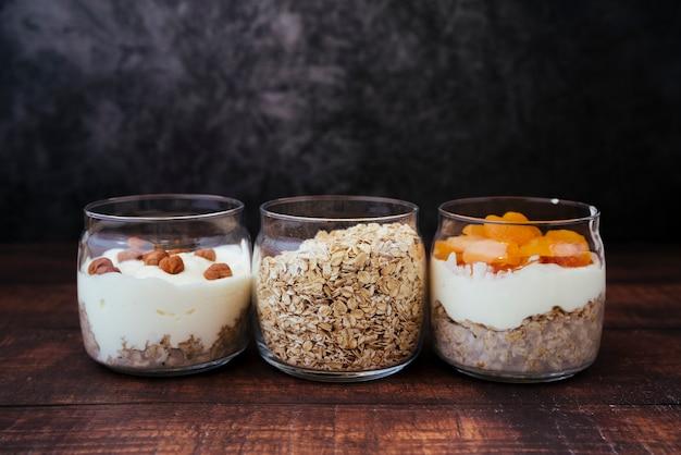 Variedade de café da manhã saudável de vista frontal