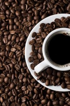 Variedade de café e feijão torrado