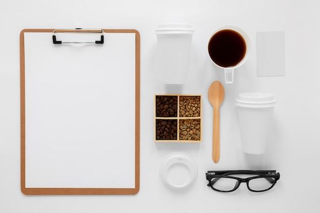 Variedade de cafeteria plana em fundo branco