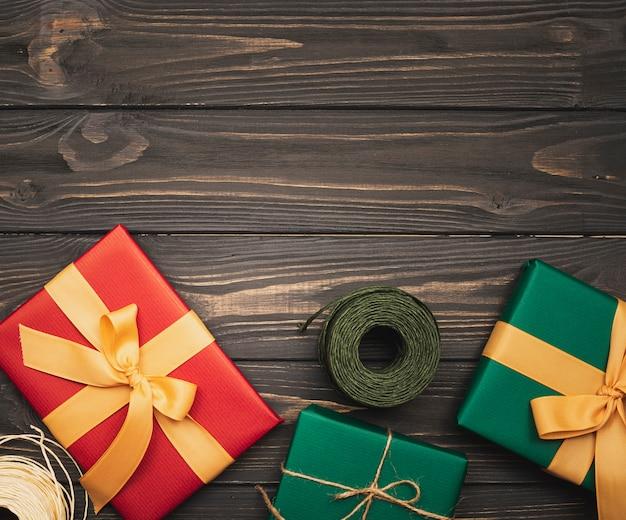 Variedade de caixas de natal com fundo de madeira