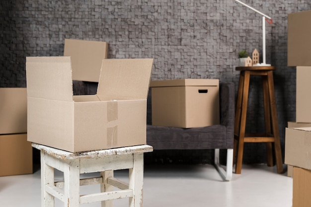 Variedade de caixas de papelão prontas para serem movidas