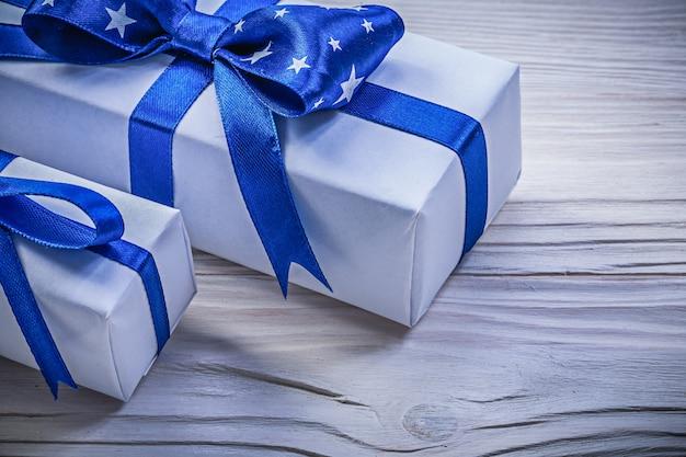 Variedade de caixas de presentes no conceito de férias de tábua de madeira