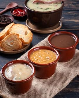 Variedade de caldos, feijão, mandioca e caldo verde. comida de inverno