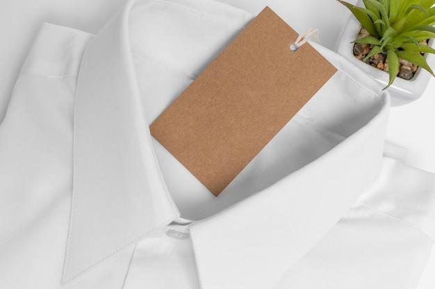 Variedade de camisa dobrada e etiqueta em branco