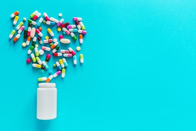 Variedade de cápsulas de medicamentos farmacêuticos, pílulas e comprimidos em frasco
