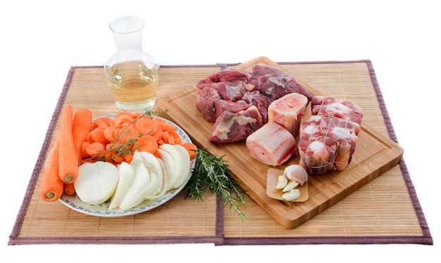Variedade de carne, legumes e vinho na tábua
