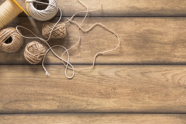 Variedade de carretel de corda na mesa de madeira