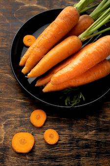 Variedade de cenouras frescas em alto ângulo