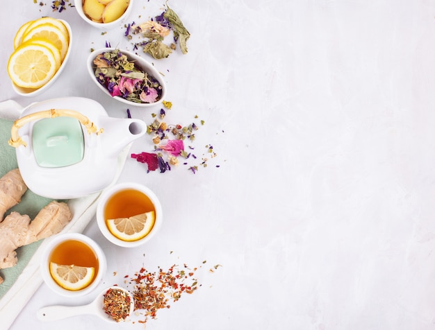 Variedade de chá saudável de ervas e frutas com limão e gengibre. bebida antioxidante, desintoxicante, refrescante