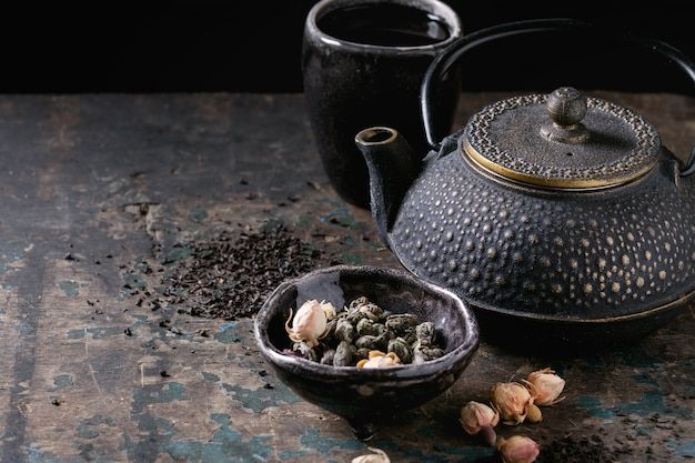 Variedade de chá seco com bule