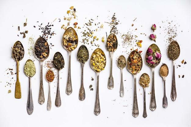 Variedade de chá seco em colheres vintage