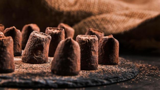 Variedade de chocolate doce no quadro escuro