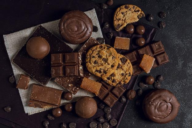 Variedade de chocolate e bolachas