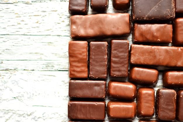 Variedade de chocolates. doces. vista superior para texto. chocolate escuro. barras de chocolate.