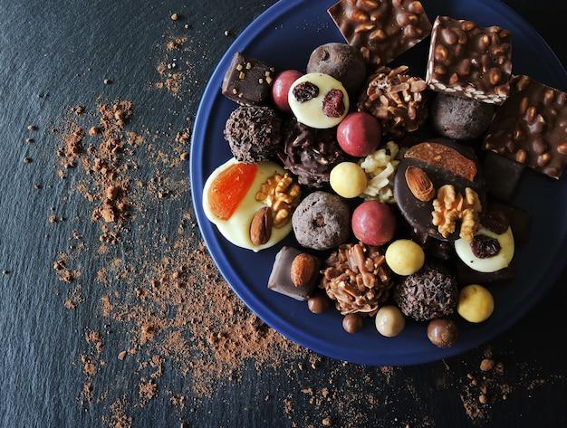Variedade de chocolates finos em chocolate branco, escuro e ao leite