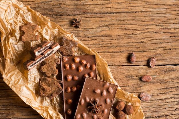 Variedade de chocolates vista superior na mesa de madeira