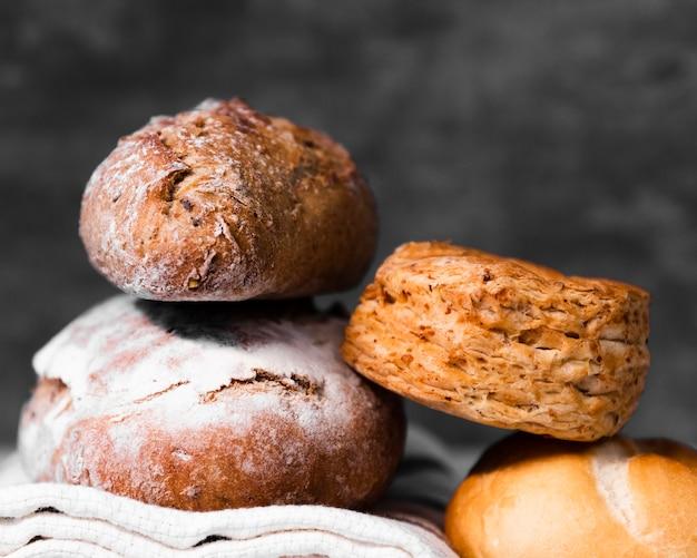 Variedade de close-up de pão caseiro